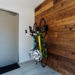 板張りの玄関は自転車の収納を兼ねています