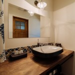 個性的なタイルが造作洗面台を彩る