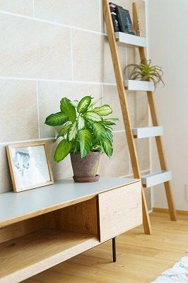 間接照明が壁面の石目タイルを優しく照らします。